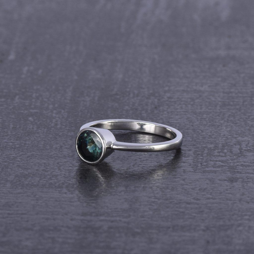jedinecny zasnubny prsten z platiny so zafirom. rucne vyrobeny v atelieroch u
