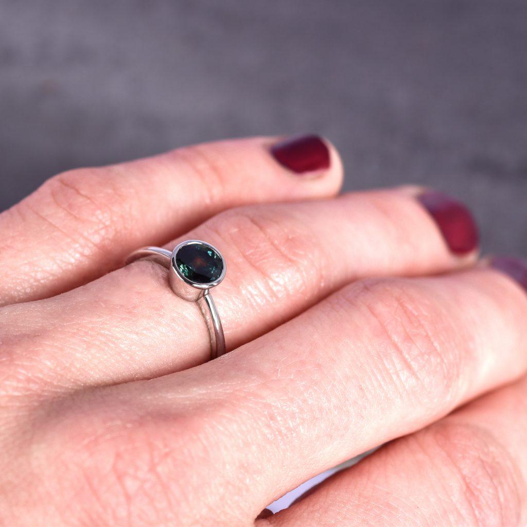 zasnubny prsten z platiny so zafirom. rucne vyrobeny v atelieroch u