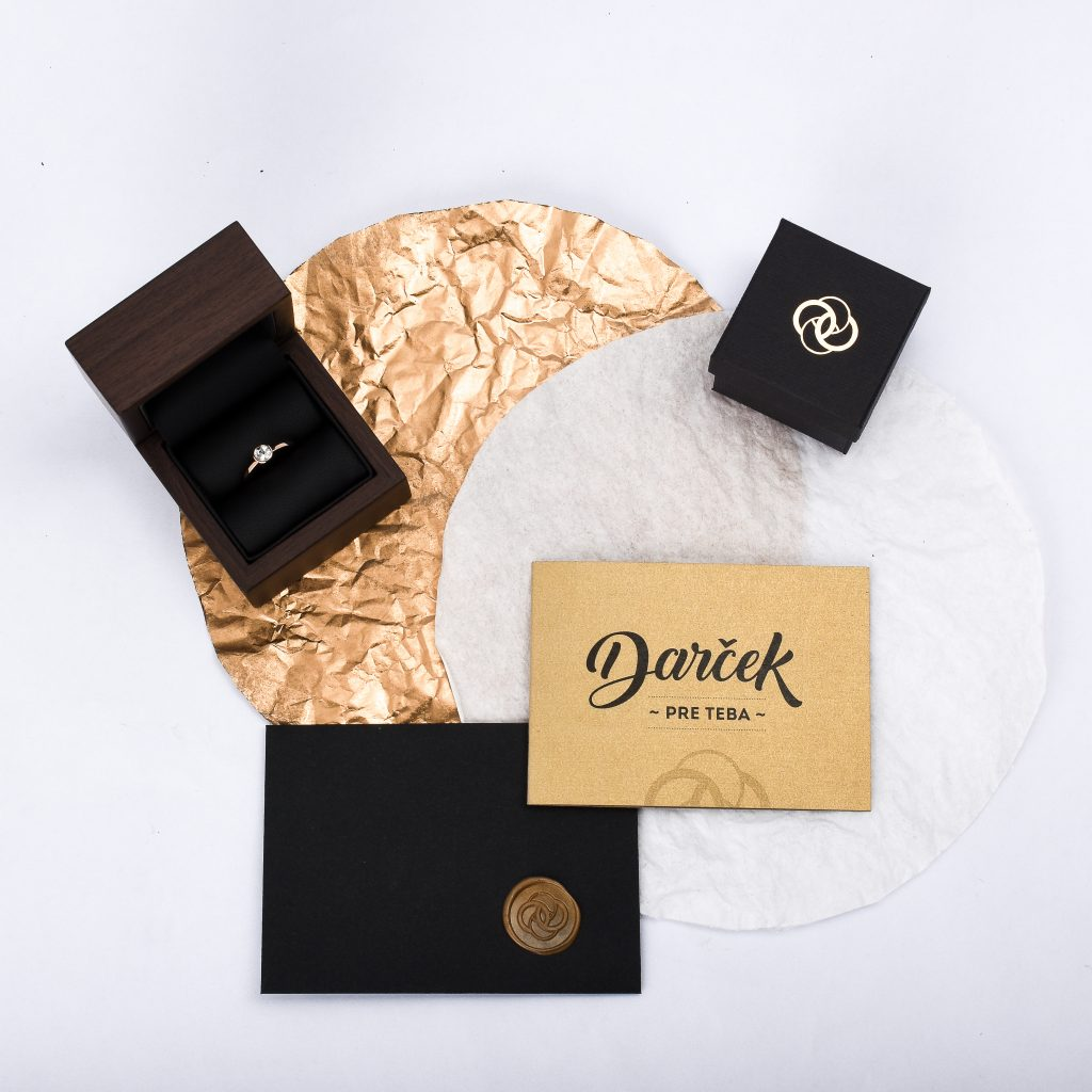 Darcekovy poukaz, zlata a cierna farba